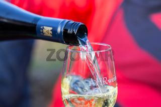 Ein Glas Ahrwein auf dem Rotweinwanderweg