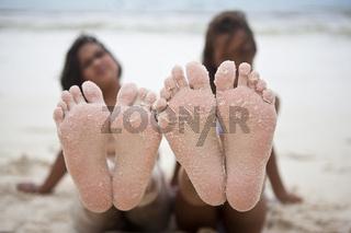Zwei Mädchen mit sandigen Füßen