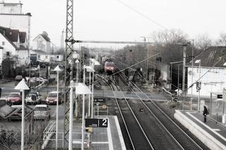 Zug in den Bahnhof einfahrend