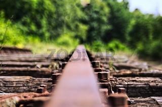 Holzschwelle der Eisenbahn mit Schiene und Schrauben