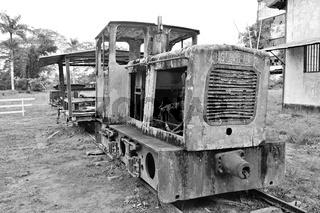 alte Diesellokomotive der Zuckerplantage Marienburg Suriname schwarz-weiss