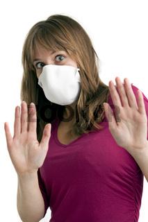 Angst junge Frau trägt eine Schutzmaske, um sie von Schweine-Grippe schützen