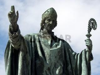 Der Bischof St. Bernward hebt die Hand zum Segen