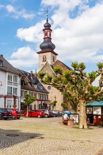 Rüdesheim am Rhein, Sankt Jakobus im historischen Stadtkern. Mai 2017.