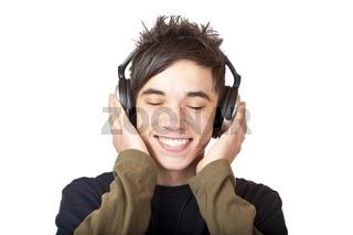 Jugendlicher hört mit Kopfhörer Musik