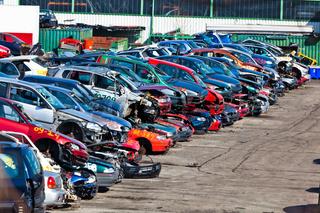Autos auf einem Schrottplatz