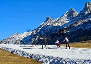 Skilangläufer auf improvisierten Loipen aus Kunstschnee, La Clusaz, Massif des Aravis, Frankreich