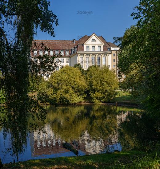 Fennsee mit Friedrich-Ebert-Gymnasium (ehemaligen Oberrealschule) Berlin-Wilmersdorf