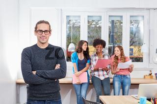 Junger Unternehmer vor seinem Start-Up Team