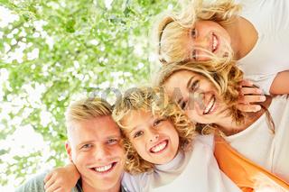 Eltern und Kinder als glückliches Team
