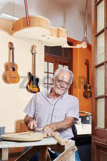 Gitarrenbauer in der Werkstatt beim Bau von Gitarre