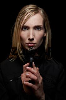 Frau im Dunkeln mit Pistole