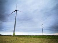 Windrad bei starkem Wind auf dem Feld
