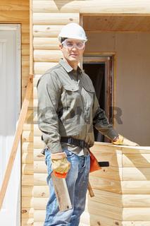 Handwerker arbeitet als Schreiner