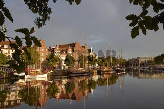 Lübeck, Untertrave mit Oldtimerhafen im Abendlicht