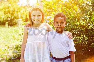 Glückliches Mädchen umarmt afrikanisches Adoptivkind