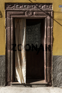 Alte Tür in Bosa in Sardinien
