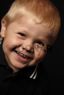 Lachender kleiner Junge