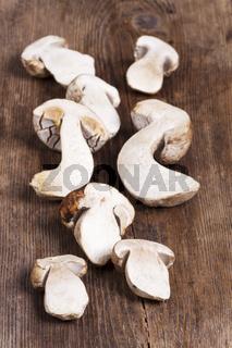 Rohe Steinpilze auf Holz