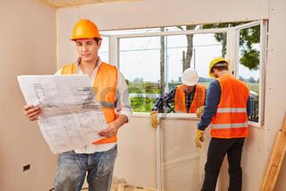 Fenstermonteure als Team beim Fenster Einbau