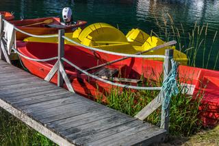 Wunderschöne Landschaft mit Booten