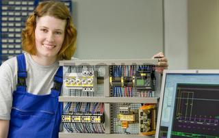 Weibliche Auszubildende als Elektroniker