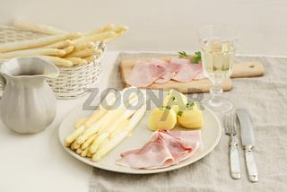 Spargel mit Kartoffeln und Kochschinken