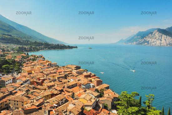 Luftaufnahme der Stadt Malcesine am Gardasee, Italien