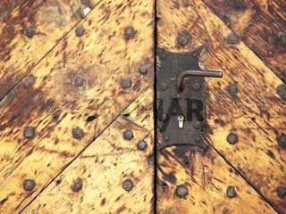 Detailaufnahme eines Holztores an einem alten Gebäude in Quedlinburg