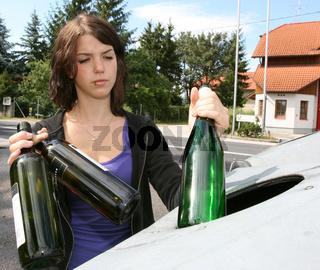 Frau sammelt Altglas