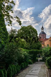 Naturidylle in der Stadt: Blick auf die Spandauer Kirche St. Nikolai vom Lindenufer aus