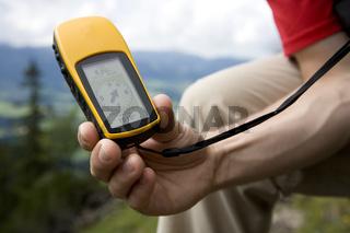 Hand mit GPS-Empfänger