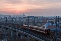 Personenzug auf dem Weg zum Prager Hbf