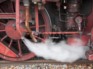 Nostalgische Dampflok beim Dampf ablassen