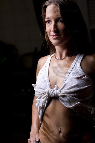 Ölverschmierte Junge Frau geknotetes Unterhemd