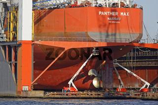 Frachtschiff im Schwimmdock von Blohm und Voss im Hamburger Hafen, Hamburg, Deutschland, Europa
