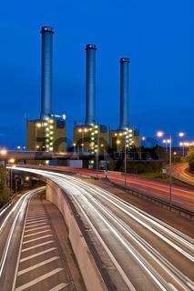 Heizkraftwerk von Vattenfall mit Stadtautobahn in Langzeitbelichtung, Berlin, Deutschland   Vatenwall power plant with highway in the night, time exposure, Berlin, Germany