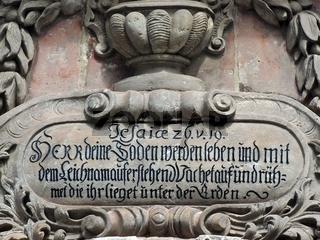 Bibelvers am reich verzierten Mausoleum in der Altstadt von Quedlinburg