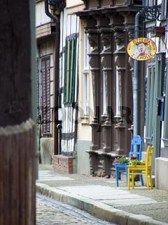 Blumen auf bunten Stühlen in der Altstadt