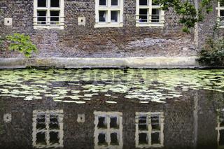 Spiegelung der Backsteinfassade, Wasserschloss Senden, Münsterland, NRW
