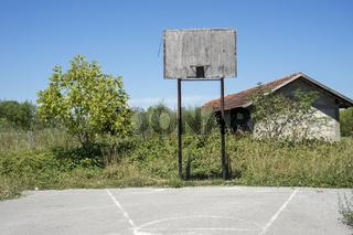 Basketballfeld bei einer zerstörten Schule, Bosnien