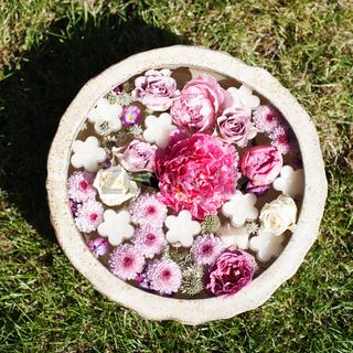 Schale mit Blüten