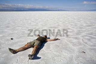 Mann auf Salzsee Salinas Grandes, Paso de Jama, Argentinien, Man on salt lake Salinas Grandes, Argentina