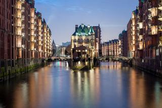 Wasserschloß  in der Speicherstadt, dem Unesco Weltkulturerbe, am Abend in Hamburg, Deutschland.
