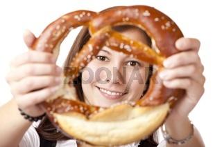 Portrait einer jungen Frau im bayerischen Dirndl mit Oktoberfest