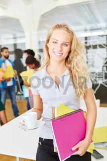 Junge Studentin vor ihrem Start-Up Team