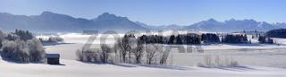 Panorama Landschaft in Bayern mit Alpen im Winter
