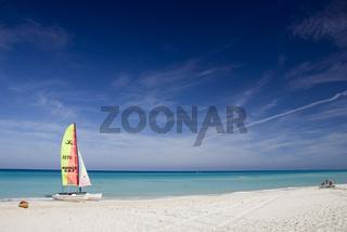 Sandstrand und blau-gruenes Meer