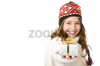 Junge glückliche Frau mit Mütze und Schal hält Geschenk in Hand