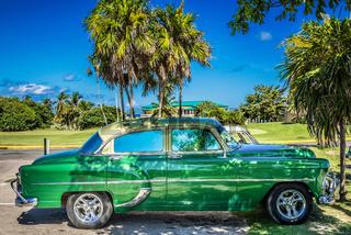 HDR - Grüner amerikanischer Oldtimer mit goldenem Dach parkt unter blauem Himmel in Varadero Kuba -